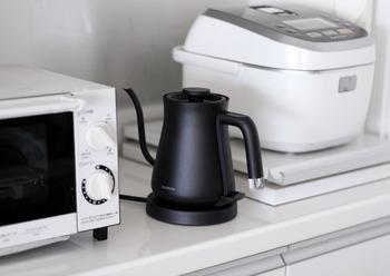 毎日使う炊飯器や電気ケトルなども意外とホコリが気になります。スキマ時間でサッとひと拭きでキレイにしましょう。