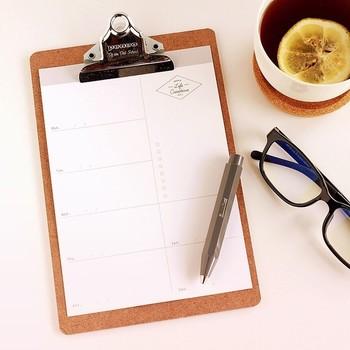 週間スケジュール管理にぴったりのウィークリープランナー。ムダなくシンプルな設計で、自由な発想で書き込めます。クリップボードにはさんで机の前にかけたり、手帳にはさんで持ち歩いたりとフレキシブルに活用できるのも魅力。