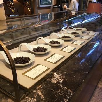 トリバコーヒーは、同じビルの三階にあるラボで研究されたコーヒー豆を二階フロアで焙煎して、一階で販売するというユニークなコーヒー専門店です。一階では、毎日、二種類から三種類のコーヒーからひとつをチョイスして、100円で試飲することができます。