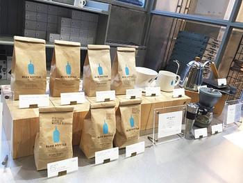 サードウェーブコーヒーの名を世に知らしめたブルーボトルコーヒー。店内で淹れたてのコーヒーをいただけるのはもちろんのこと、コーヒー豆やドリッパー、ミルなどコーヒーを淹れるための道具もそろえることができます。