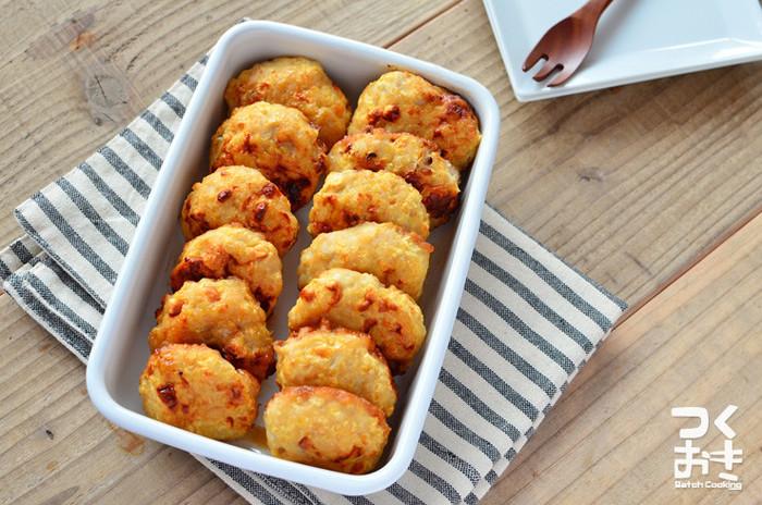 ボリューム常備菜にぴったりの鶏ひき肉のつくね。固くなったりぱさついてしまいがちですが、タネにはんぺんを混ぜ込むと、温め直してもふっくらおいしく食べられます。小さく作ればお弁当にも入れられて便利◎冷蔵庫で1週間程度保存できるので、たくさん作っておくと出番が多そう。