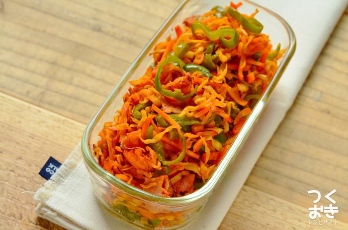 切り干し大根をナポリタン風に炒めた常備菜です。お醤油ベースで味付けすることが多い切り干し大根ですが、ケチャップと中濃ソースを使うことでお子さんも食べやすい味に。汁気が少なくて傷みにくいので、冷蔵庫で5日程度保存できます。お弁当にもおすすめですよ。