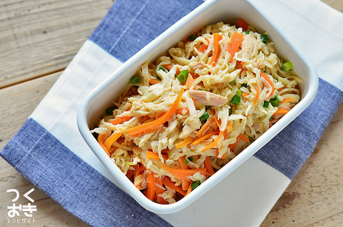 ツナと切り干し大根を和えた常備菜は、旨みがあって定番にしたくなる1品。マヨネーズが入っていて洋風なのに、和食のおかずにも合う味付けで、毎日食べたくなりますね。さっぱりしているので、揚げ物や炒めものなどいろいろなおかずと組み合わせて召し上がれ。