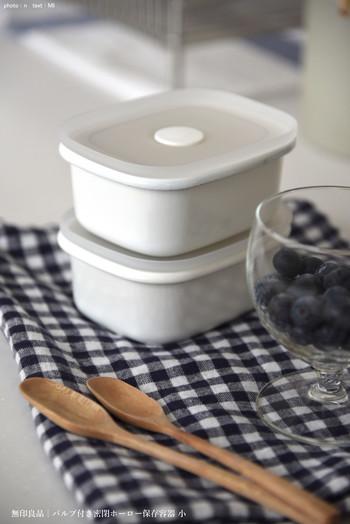 汁気のある常備菜の保存におすすめなのが、無印良品のホーロー保存容器。先ほどご紹介した容器と同じく、蓋にバルブが付いていて密閉できます。ニオイや液体を漏らすことがないので安心ですね。