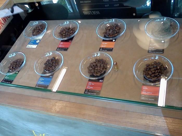 焙煎所を併設したTHE COFFEESHOP ROAST WORKS。銘柄や評判には左右されず、担当の焙煎士がカッピングと焙煎を繰り返し行い、納得できる上質なコーヒー豆だけを買い付けているそうです。美しい焙煎機とstampunkという抽出マシンが魅力的で、とてもお洒落な雰囲気の店内に、何度も訪ねたくなってしまいますよ。