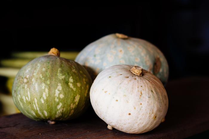 甘くてホクホクのかぼちゃは、女性に人気の野菜のひとつ。ですが、丸ごと買っても使い切れず、半端なものを冷蔵庫に入れておいても傷みやすいですよね?常備菜に活用すれば無駄なく食べ切ることができますよ。