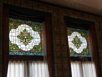 渋沢家の家紋「丸に違い柏」にちなみ、柏の葉をモチーフとした美しいステンドグラスやタイルが館内のいたるところに見られます。