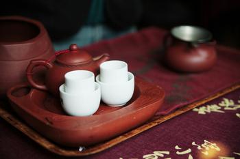 とても種類の多い中国茶。急須といっても様々な種類があり、茶葉の種類によって素焼きや磁器など、その素材によっても味わいが変わってくるのでなんとも奥深いものです。見た目も楽しめる菊花茶などは、透明のガラスでできた茶器がオススメです。
