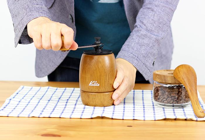 ゴリゴリ…とハンドルを廻してコーヒー豆を「粉状」に挽くのが楽しい、手挽きの「ミル」をご紹介します♪ コーヒー豆を挽いた「粉」は、ドリップ式など、ちょっと本格的な抽出法でコーヒーを楽しむ際に欠かせないですよね。コーヒーミルを使えば、淹れる直前に、飲む分のコーヒー豆だけを手軽に粉にできるのがうれしいところ。ちゃんと自分好みの細かさに調整できますよ。