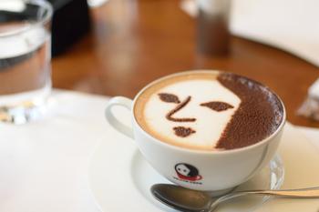 「よーじやカフェ」の人気メニュー、カプチーノがモチーフになっています。
