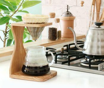 お店でプロのコーヒーをいただくのも美味しいですが、コーヒーの粉や湯量など、自分で自分好みの味わいを追求して淹れる一杯もまた、とっても格別ですよね。 今回は、そんな家カフェタイムに、+α(プラスアルファ)をご提案。