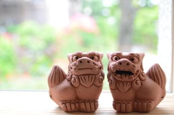 """沖縄の守り神""""シーサー""""。阿吽(あうん)セットで、玄関先などに置かれることが多い伝説の獣の像です。"""