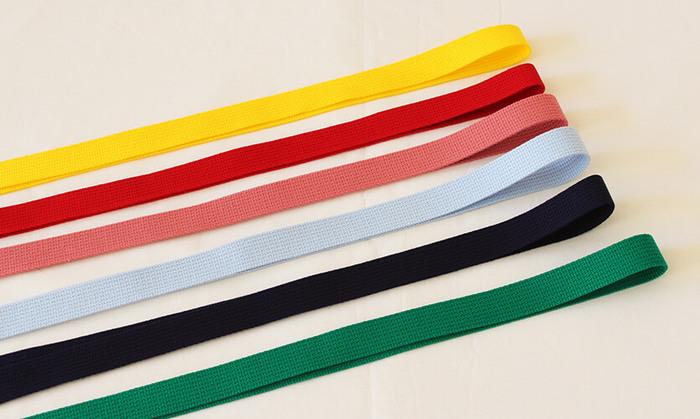 バッグの持ち手(ハンドル)部分を同柄の生地で作ってもいいですが、テープを買ってしまうのが簡単です。 生地と同系色にまとめても、色の組み合わせで遊んでみても◎ 上履き入れでDカンを使いたい場合や、バッグにスナップボタンやマジックテープをつけたい場合なども、色を揃えると綺麗ですね。  地縫いの糸を選ぶ場合は、「薄い色の生地には、布よりも少し薄めの色」「濃い色の場合は布よりも少し濃いめの色」がおすすめです。 実際にハギレをお店に持って行き、糸の見本をのせて選ぶと、出来上がりをイメージしやすいです。