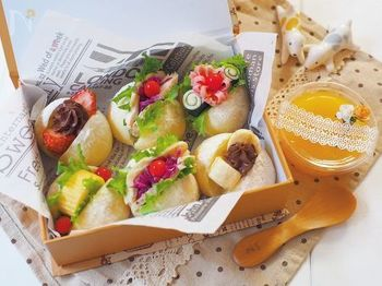 アラカルトのオードブルのように華やかなサンドイッチは、小さなパンを使うところがポイント。大人だったら数口で食べられるサイズだから「コレ1つでお腹がいっぱい」ということにならず、いろんな料理や飲み物も楽しむことができます。また、白いパンを選ぶと具材の色が映えてきれいに仕上がりますよ。