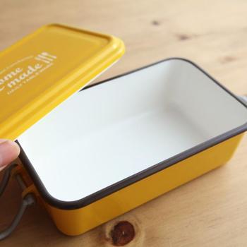 ご覧のとおりフタに深さがあるんです。盛り上がっていても押さえつけられない、というお弁当箱ってすごい発想。ちょっとコンテナ風であまりないデザインなのもいい感じです。 カラーは三色。内側はどれも白で統一されていておかずを美しくみせてくれますよ。作る人にとってもいろいろうれしいお弁当箱です。