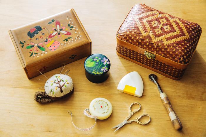 レギュラーで使用している道具たち。左の木箱は、小学校低学年のころにお母さんから譲り受けたもの