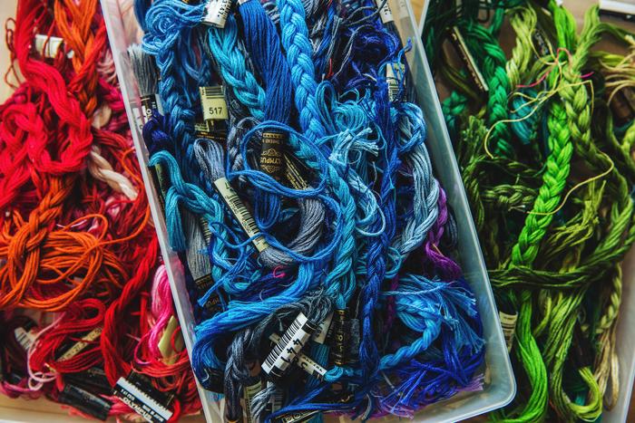 刺繍糸は絡まらないよう、三つ編みにして色ごとに保存