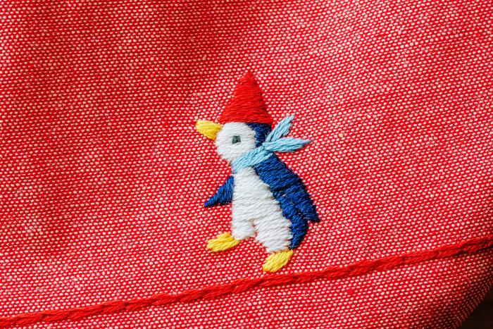 人気の「よちよちペンギン」の刺繍。素朴な表情が可愛らしい