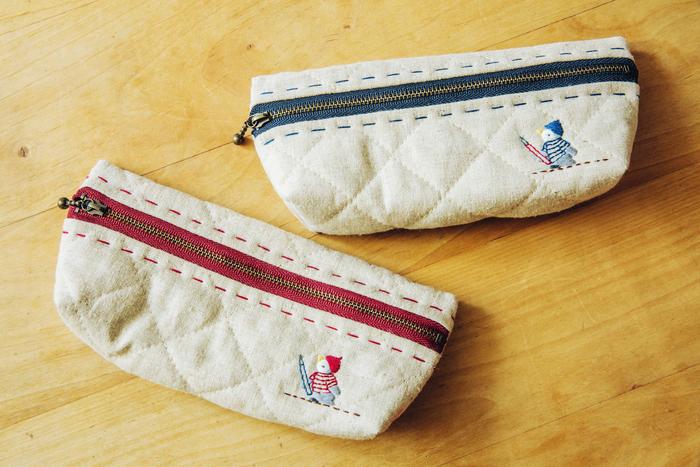 「よちよちペンギン手刺繍のペンケース」。表地はリネンのキルティング、裏地はインド綿のマドラスチェックになっています