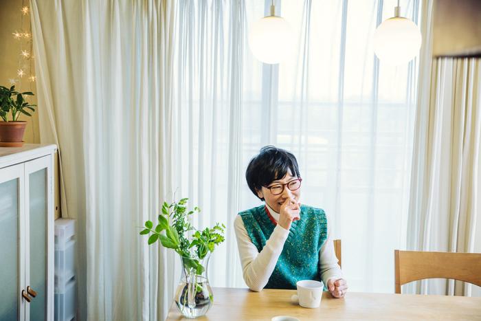 ダイニングテーブルは「ikususu」という日本のブランドのもの。「アルダー」という木材を使用していて、日本の気候にも合うのだそう。身体に害がなく、息子さんが喘息持ちだったこともあり購入。テレビ台も同じブランドで統一