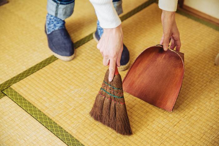 小さな糸くずが出ることが多い縫製の作業。夜中に掃除機をかけなくても済むから、箒で掃除することも多いとか。もうずっと愛用しているというはりみと手箒