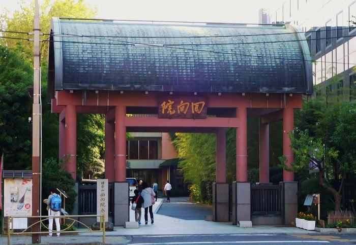 明暦3(1657)年に起きた明暦大火の犠牲者の弔いのために作られた「回向院」。 国技館ができる以前、江戸時代の終わりから明治時代にかけ、相撲の本場所はこの「「回向院」」で開かれていたんだとか…。
