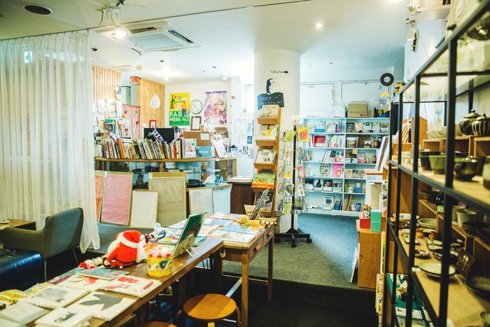 廊下を抜けると、様々なアーティストや作家の本や雑貨などが並ぶ待合スペースが広がる