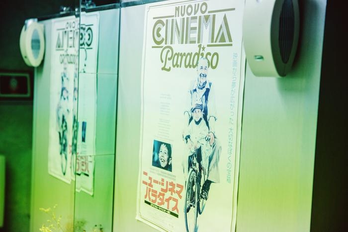 映写室には、1988年公開の『ニュー・シネマ・パラダイス』のポスターが。町の小さな映画館を中心に起こる人間ドラマを描いた名作。ポスターを見た瞬間、映画館に夢や希望を託した少年トトや、映写技師アルフレードのひたむきな姿が、原さんと重なった