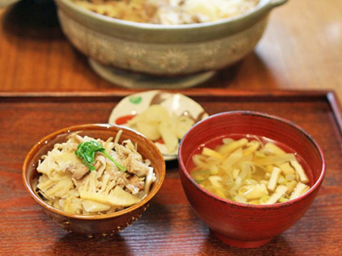 豚肉も入ってボリューム満点のタケノコご飯の一汁一菜レシピです。土鍋で炊けば本格的な味わいに♪油揚げの味噌汁もぴったりです。