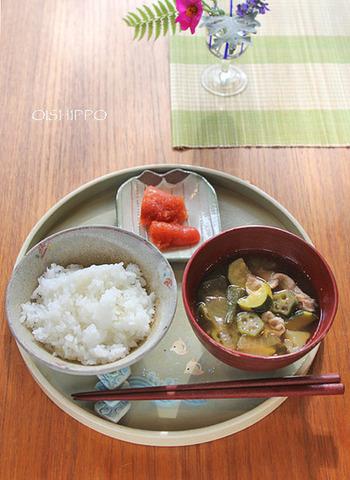 こちらは夏でも楽しめる豚汁のレシピです。夏野菜をふんだんに使っているところが魅力。明太子がぴりりとしたアクセントになって、ご飯が進みそうですね。
