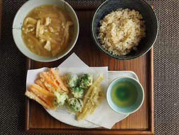 こちらは冬野菜で作る天ぷらを並べた一汁一菜のレシピです。天ぷらが並ぶだけでちょっぴり豪華になりますね♪大根と油揚げの味噌汁は寒い冬に体を芯からあたためてくれそう。