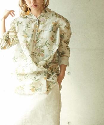 ちょっぴりオリエンタルな雰囲気の花柄シャツ。淡いミントカラーがとてもきれいです。