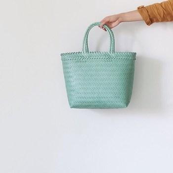 プラスチックの紐で編まれたインドネシア産のバサールバッグ。とても軽くて使い勝手のいいバッグで、雨の日もへっちゃらです。きれいなミントカラーが着こなしのアクセントになりそう。