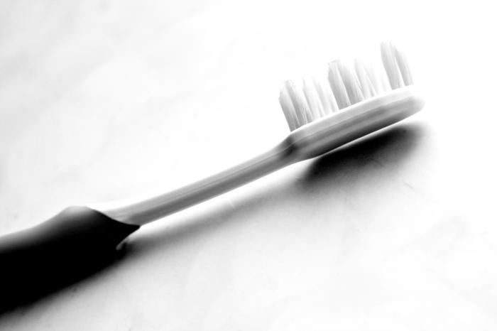適切なブラシヘッドの大きさは、上の前歯2本分程度が目安になります。特に奥歯をしっかり磨きたいのなら、奥まで届く小さめのヘッドのものをオススメします。