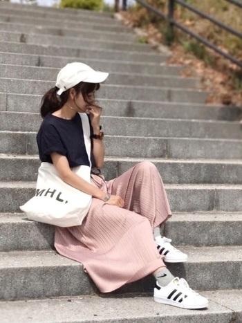 スポーツブランドとGUのプチプラコーデでも活躍!「MHL.」のロゴのおかげでワンランク上のコーデに見えるかも♪プリーツ加工された柔らかピンクのワイドパンツで女性らしさも忘れずに。