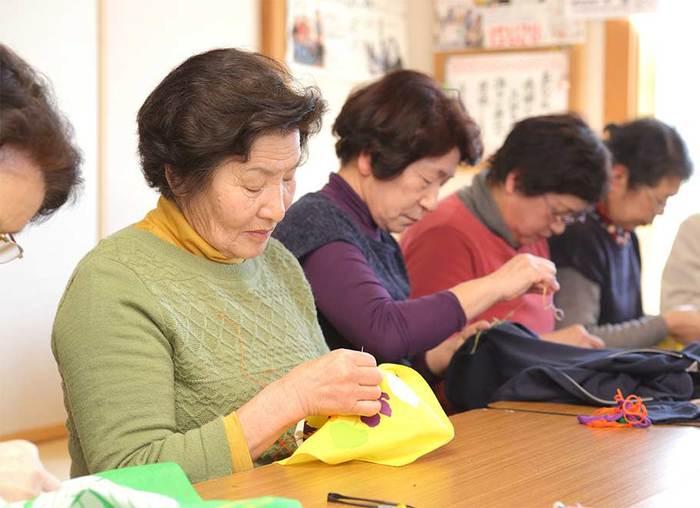 20~80代の女性たちが東北地方に根ざした伝統技法を生かし、ひと針ひと針手縫いした刺し子製品の制作に取り組んでいます。 今回は、大槌町の避難所からスタートした『大槌復興刺し子プロジェクト』のこれまでの歩みと、「刺し子さん」たちの丁寧な手仕事から生まれる素敵な作品をご紹介します。