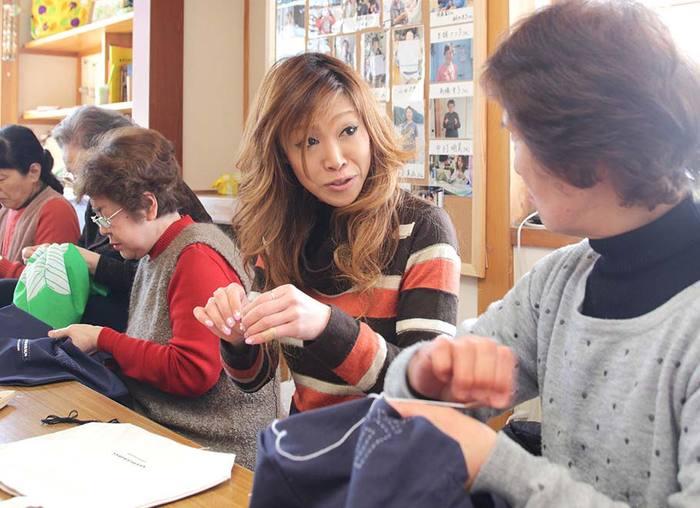 大槌町の避難所での生活から生み出された『大槌復興刺し子プロジェクト』。現在では、20~80代の幅広い年代の女性たちが「刺し子さん」として活躍し、復興への願いを込めて、ひと針ずつ丁寧に作品を作っています。
