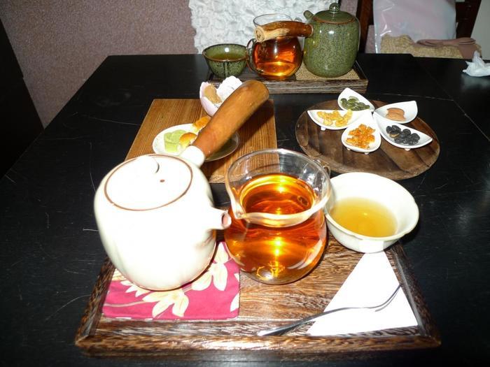 茶芸館でお茶を注文すると、「茶壺(チャフー:日本でいう急須のこと)、茶海(ピッチャーの役割をするもの)、茶杯」のセットと、それぞれのお茶に合わせたお茶菓子が出てきます。お茶が濃くなりすぎないよう、いったんお茶を、茶壺から茶海に移してからゆっくり味わいましょう。 こちらは、香りも良いことで人気の台湾茶「東方美人」です。渋みも少なく、爽やかな味わい。迪化街散策で疲れた体に染み入る美味しさ。