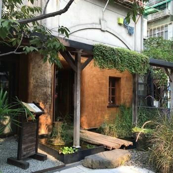 オーガニック台湾茶が味わえることで人気の茶芸館のひとつ「回留(ホェリョウ)」。MRT(台北メトロ)東門駅からすぐのところにある小籠包の名店「鼎泰豐」にほど近い立地のため、「小籠包でめいっぱい膨れたお腹を休めに、茶芸館へ…」と、足を運ぶお客さんも多いそう♪