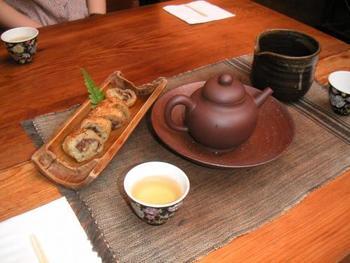 鉄観音、白毫烏龍、渓阿野、紅水烏龍など…。有機農法で作られた約20種のお茶を扱っています。お茶菓子は、肉や卵を使わない、ベジタリアン志向。「キンモクセイの中華風オーガニックケーキ」(写真)がおすすめです♪