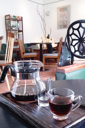 おすすめは、 台湾の中部にある阿里山で栽培された豆を使った高級コーヒー、「阿里山コーヒー」です。希少性が高いため幻のコーヒーとも言われていますが、アーモンドのような風味とミルクキャラメルのような甘みが味わえるとして人気です。コーヒー本来の味を楽しんでもらうため、あえて砂糖とミルクを提供しないのが、「爐鍋咖啡」のこだわり。豆本来の味をじっくり楽しみたい本格派向きのお店です。