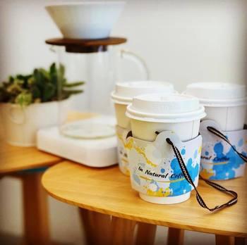 コーヒーは、店頭で丁寧にハンドドリップ♪テイクアウトする場合は、お店のイメージぴったりの、かわいらしいドリンクホルダーに入れて提供してくれますよ。