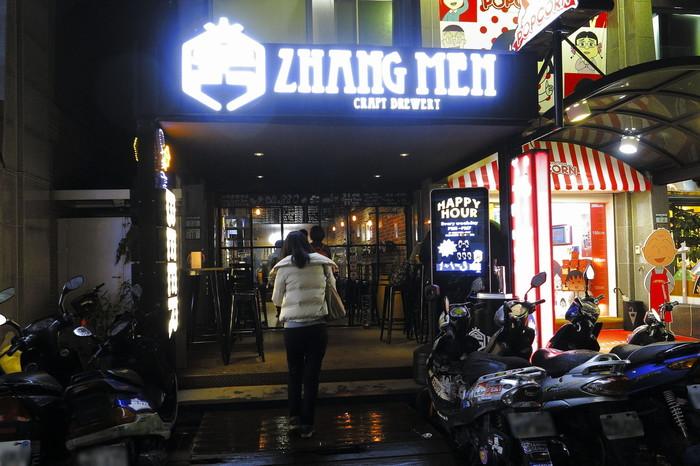 素敵な飲食店も雑貨屋も全て集う!日本の代官山に似ているとも言われる、充実の人気エリア「永康街」に、台湾発のクラフトビールブルワリー「掌門精釀啤酒(Zhangmen Brewery)」の一号店があります。 まだ2015年にオープンしたばかりですが、2016年の「オーストラリアン・インターナショナル・ビア・アワード」で、インペリアルスタウトは金賞、IPAは銅賞に輝き、一躍人気店に。ビール好きが集まるスポットとなっています。