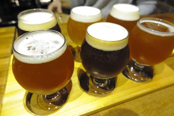 こんなに種類豊富なクラフトビールが、ずらり。ついつい飲み比べしたくなってしまいますよね。メニューの中から好きなビールを6種組み合わせてオーダーできるセットもありますよ。