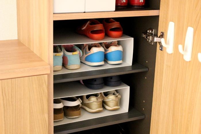 小さくて高さの無い子供靴の収納に、ファイルボックスを横にして使ったアイデア。半端な丈の仕切りでも、自分好みの高さに段を作れて便利。