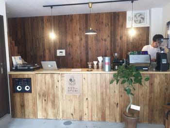 錦糸町から両国に向かう京葉道路沿いにあるこちらのカフェは、レコードを聴きながらコーヒーが頂ける癒しのスポット。 打ちっぱなしのコンクリート床とウッディーなカウンターのコントラストがとってもお洒落です。 カウンター上には、コーヒーマシンやレコードがディスプレイされていて、どこか懐かしさを感じる、ほっとできる空間です。
