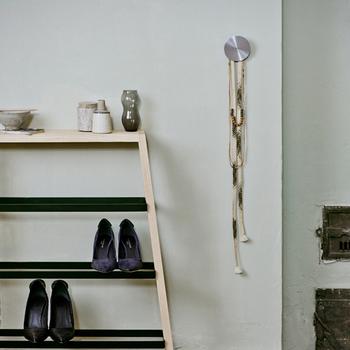 見せる収納を取り入れれば、毎日使いの靴がもっと便利でスッキリ片付けられそう。靴棚をスッキリさせる便利アイテムと合わせれば、もっと靴棚が便利で快適になりそうですね。