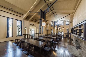 ホール内は入り口を意図的に狭くして、内部を開放的な広い空間に見せるという、ライトの得意とした空間構成が存分に楽しめますよ。