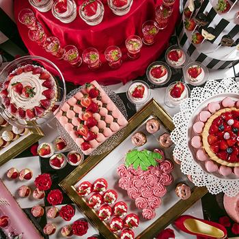 """エントランスをくぐると、そこはお嬢様気分が味わえるマスカレードパーティの世界。仮面舞踏会のテーマに合わせた""""大人かわいい""""スイーツがずらりと並びます。  バラをモチーフにした「わたくしのバラのカップケーキ」や「もぎって召し上がれ 苺のモンブラン」などユニークなネーミングも魅力の一つです。"""