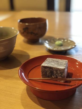 喫茶スペースでは、さりげなく使われる奈良漆器や赤膚焼の器も素敵です。 こちら樫舎の代表的なお菓子「葛焼き」は、葛独特の粘り気と上品な甘みが焼いたことで凝縮された逸品。 イートインだけで頂ける冬の「ぜんざい」や「饅頭蒸」、夏の「かき氷」なども、是非、試してみたいですね。